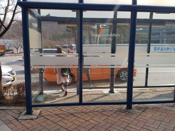 Для тех, кто приехал на метро, курсирует собственный автобус клиники и подвозит их от станции метро к самому порогу.