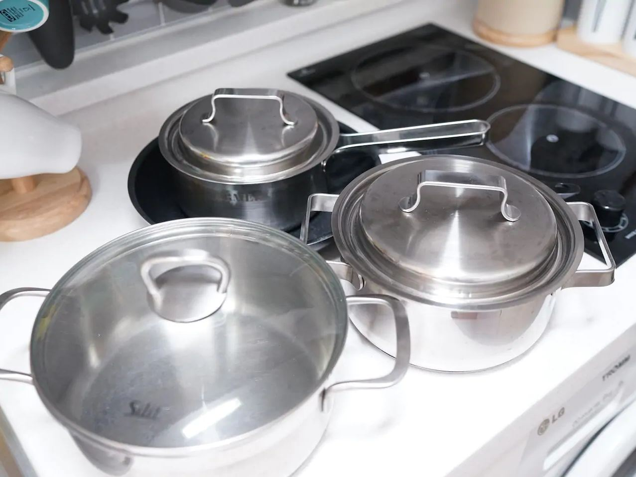Кухоная плита и кастрюли