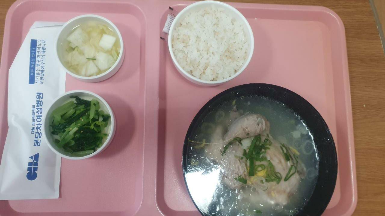 Традиционный лечебный куриный суп Самгетан, рис и два вида кимчи
