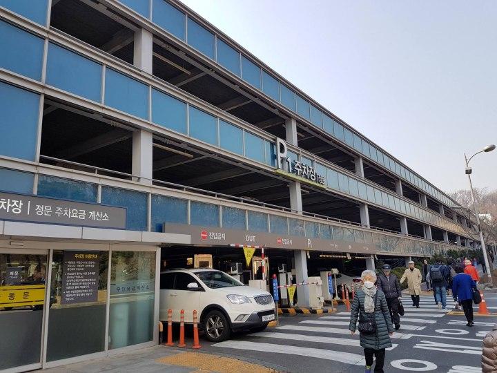 Около клиники построена огромная парковка для автомобилей.
