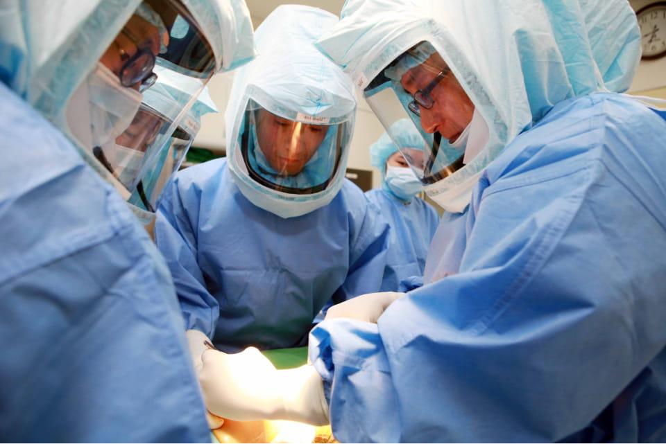 Все операции выполняют в стерильных операционных, а врачи надевают защитные костюмах, которые похожи на скафандры. Скафандры обеспечивают максимальную защиту больного от попадания инфекции