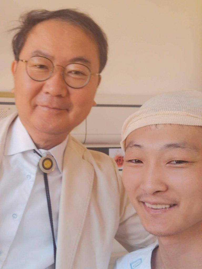Нейрохирург Ик Сонг Пак пришел проверить меня после операции