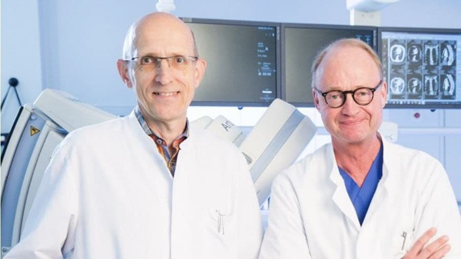 Профессор Михаэль Шталь директор Клиники онкологии внутренних органов с профессором Йенсом-Альбрехтом Кохом директором Клиники радиологии
