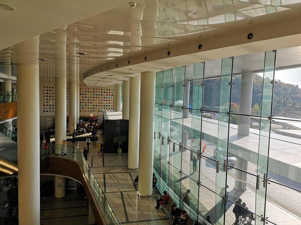 Сам госпиталь представляет из себя что-то вроде санатория люкс-класса высокие потолки, широкие коридоры, мрамор, идеально чистые уборные