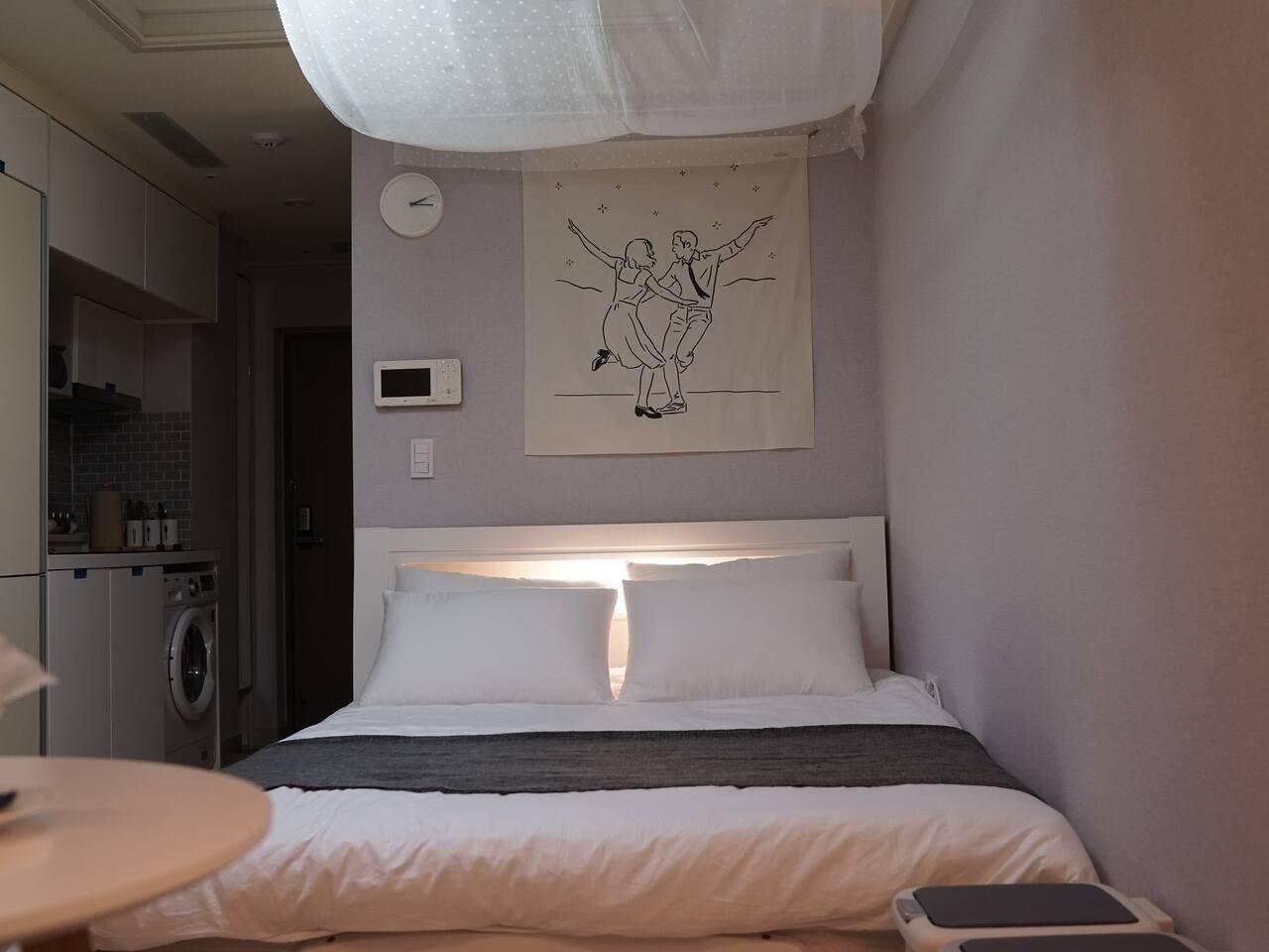 Удобная двухспальная кровать с ортопедическим матрасом