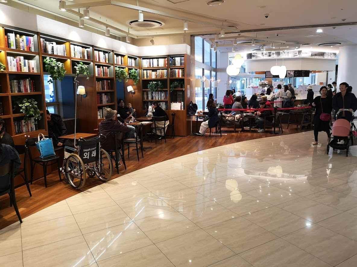 В больнице много кафе, ресторанов и магазинов