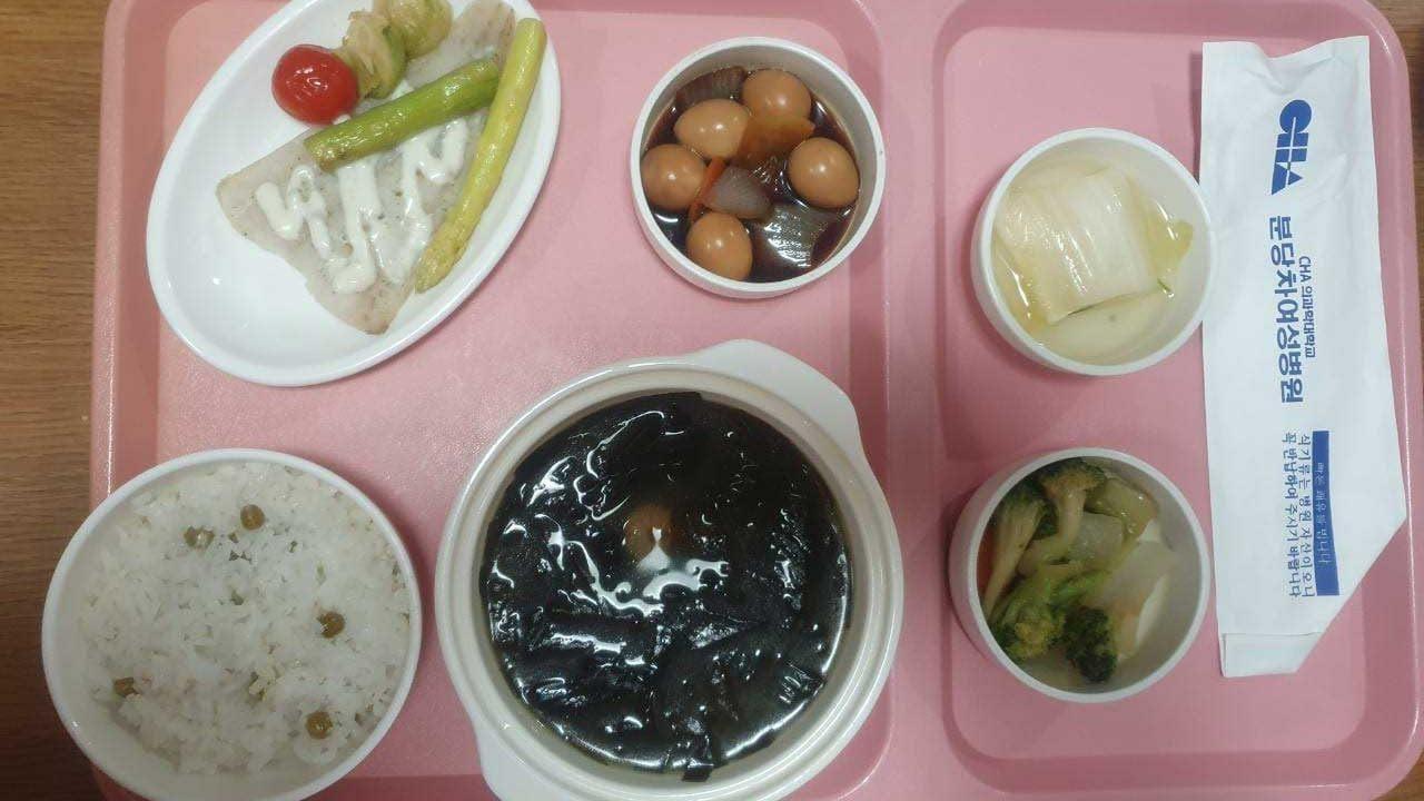 Корейский суп из водорослей миёкгук, рис, запеченная тилапия, брокколи, кимчи и маринованные яйца